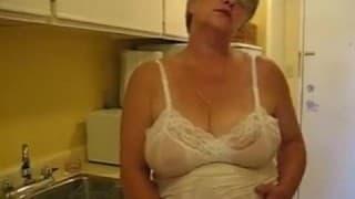 Une vieille femme se tripote sous la douche