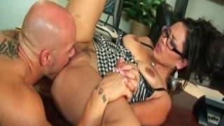 Une secrétaire asiatique avec une paire de seins énormes