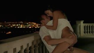 Elle baise sur le balcon