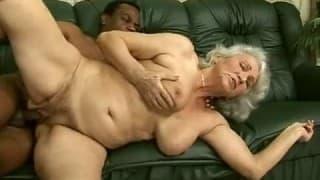 Baise interraciale pour une vieille femme