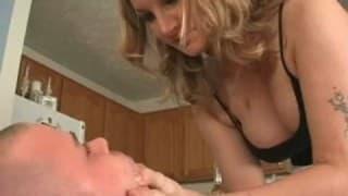 Elle le force à lui bouffer le cul !