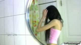 Même sous la douche elle se fait plaisir