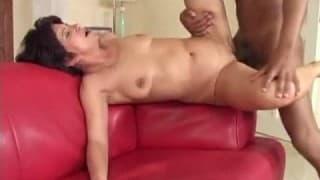 Cette vieille découvre le sexe interracial