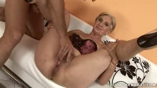 Vieille blonde accro au sexe
