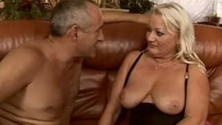 Cette femme mature adore les fist fucking