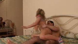 Petite salope blonde baise avec un jeune!