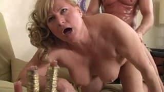 Une blonde mature donne tout dans une baise bestiale