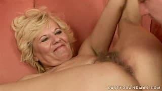 Une mature blonde bien poilue pour une baise intense