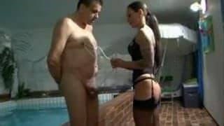 Une dominatrice en lingerie domine cet homme soumis