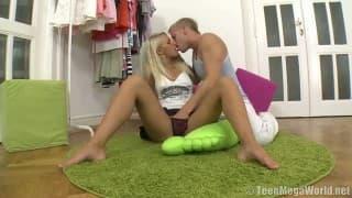 Une blonde ravissante se fait remplir la chatte de foutre