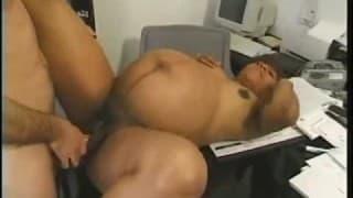 Une femme bien enceinte se fait baiser au bureau