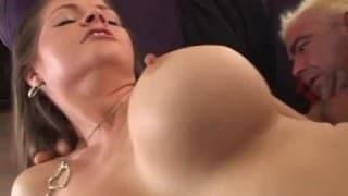 Une femme bien poilue pour une petite giclée de sperme