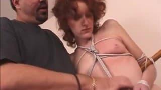 Le bondage cette femme rousse adore