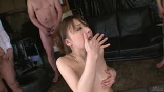 Aiko Hirose elle aime avoir plusieurs bites pour elle