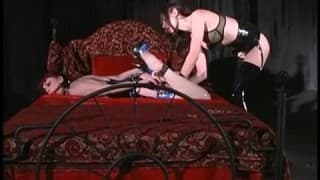Une belle dominatrice s'occupe d'une femme sexy
