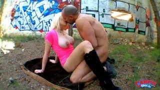 Une belle étudiante aux gros seins pour une baise en extérieur