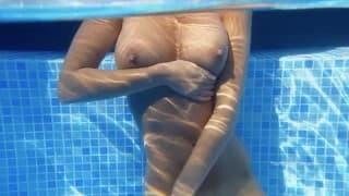 Même dans la piscine elle se touche