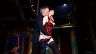 Samantha Bentley - Après le strip-tease elle joue avec le sexe d'un client
