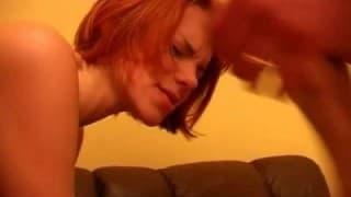 Cette petite rousse ne connaissait pas le sexe à trois !