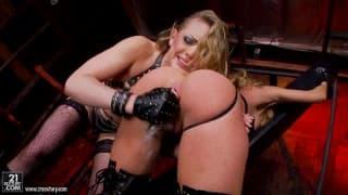 Kagney Linn Karter et Amy Brooke - Hard lesbien scène !