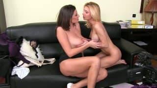 FemaleAgent - Une brune pulpeuse teste la chatte d'une jeune blonde