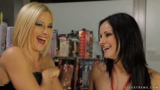 Emma et Abbie Cat - Ces deux lesbiennes utilisent des godes ceintures !