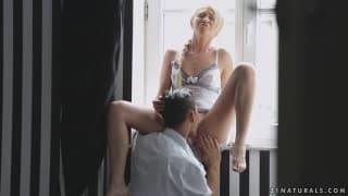 Lindsey Olsen se fait délicatement baiser sur le bord de la fenêtre !