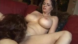 Sexy Vanessa et June Summers se donnent quelques coups de langue !