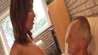 Suzie suce le pénis d'un vieux