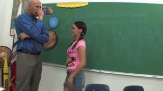 Kandi Milan déchirée dans la salle de classe