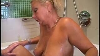 Rita est une femme mature qui baise dans la salle de bain !