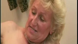 Monica est une vieille qui aime qu'on la baise sauvagement