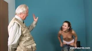 Cristal May et une copine pour un très gros pénis !