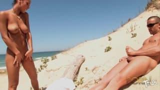 Jade Laroche est une française chaude à la plage
