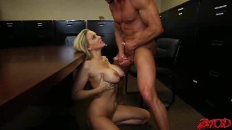 Blonde sexy pompe un dard en POV et se fait gicler dessus