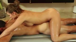 Abby Cross pour un massage à couper le souffle