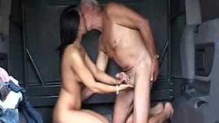 Une petite jeune chaude pour un homme très vieux