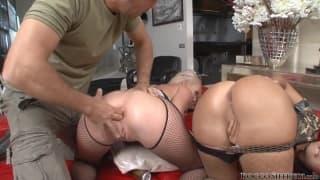 Rocco s'occupe de deux pornstars bien chaudes !