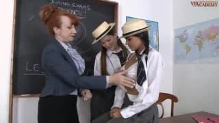 Des lesbiennes bien chaudes en salle de classe !