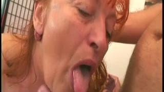 Une femme mature bien chaude pour une baise de dingue !