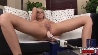 Kaylee Hitlon teste la double pénétration avec une machine