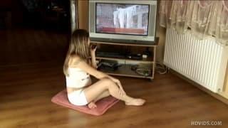 Jeune femme enceinte qui aime se tripoter délicatement