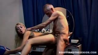 Cette petite jeune découvre le sexe avec un vieux