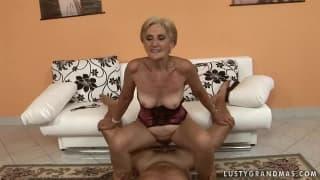 Cette grand-mère est une chaude du cul