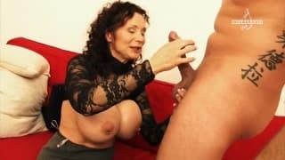 Une mature avec des seins énormes pour un jeune !