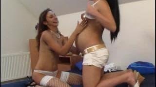 Une amatrice enceinte et une amie lesbienne