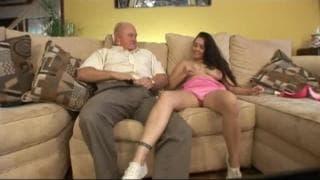 La salope aime véritablement les vieux!