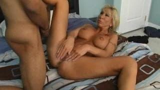 Morgan Ray une blonde pulpeuse qui accepte le hard