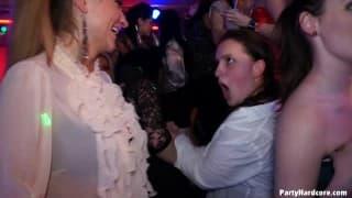 Des femmes en ruts qui baisent dans un night club !