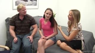 Hailey Young avec une amie super chaude dans ce trio